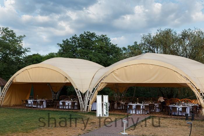Совмещенные по арке арочные шатры для увеличения общей площади позволяющей организовать 50 посадочных мест