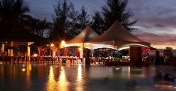 уличное кафе в шатрах возле бассейна