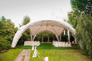 арочный шатер для церемонии регистрации с декорированным под траву подиумом