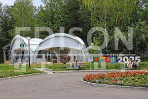 Арочный шатер компании EDISON гармонично вписывается в парковую зону