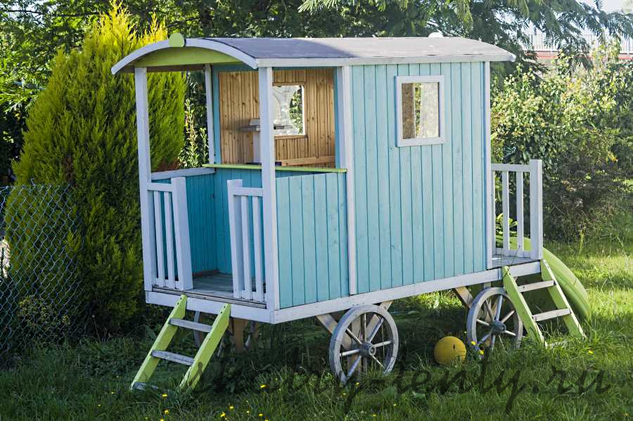 деревянный детский дачный домик на колесах