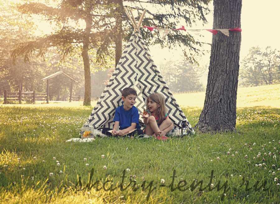 Детский шатер вигвам на лугу под деревом