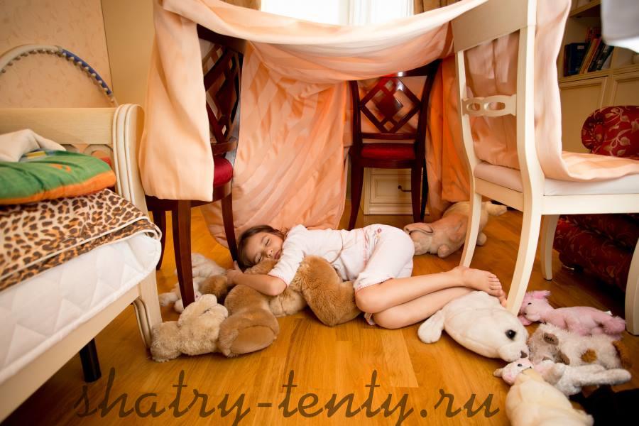 девочка в импровизированном детском домике