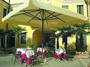 кафе под квадратным зонтом компании Dolomini Aluminium
