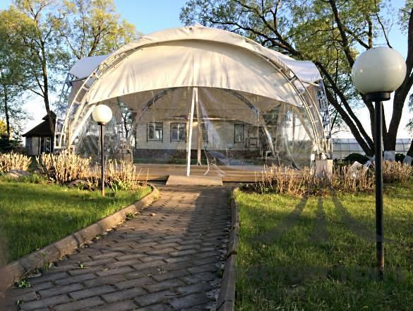 кафе в парке в арочном шатре компании Factory Tents