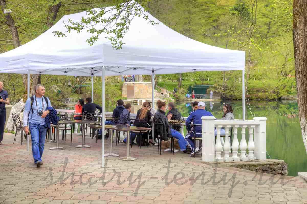 Уличное открытое кафе под шатром-гармошка