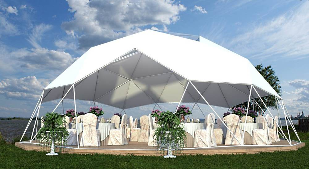 наполовину прозрачный сферический шатер с панорамным видом