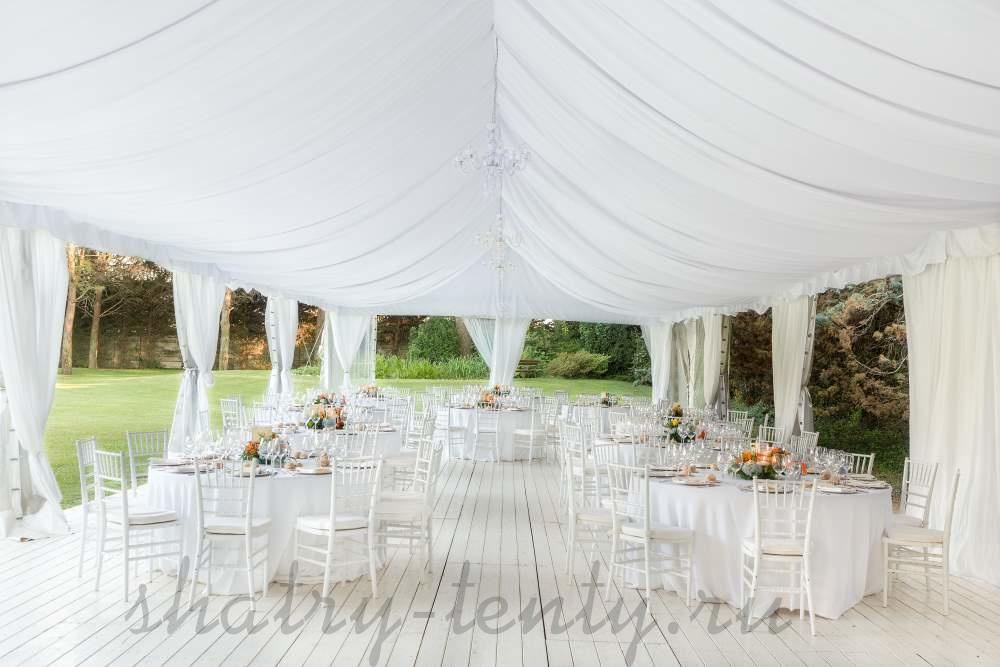 оформление белого большого двухскатного шатра для свадьбы