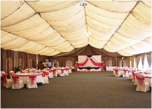 оформление большого двухскатного шатра для свадьбы