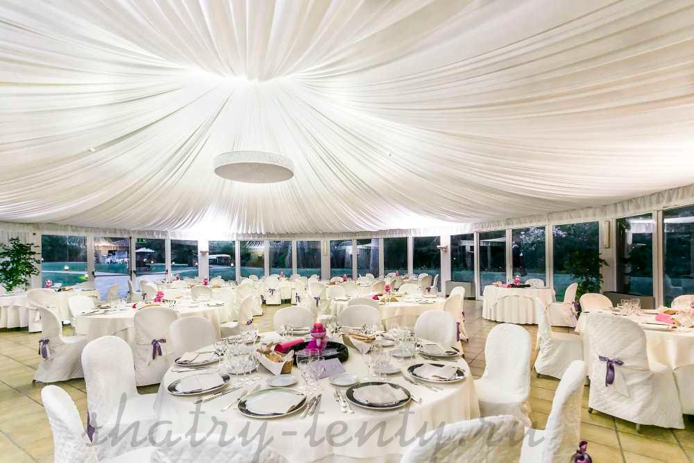 оформление купольного шатра для свадьбы с красивой люстрой по середине