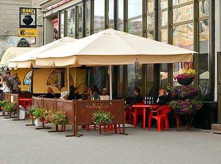 открытое уличное кафе под зонтами