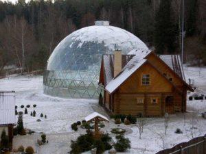 прозрачный сферический шатер на базе отдыха в лесу