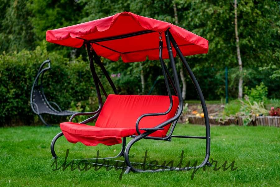 красные садовые качели на газоне