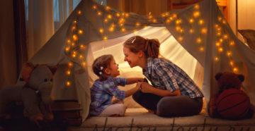 дочка с мамой в самодельном детском шатре-домике
