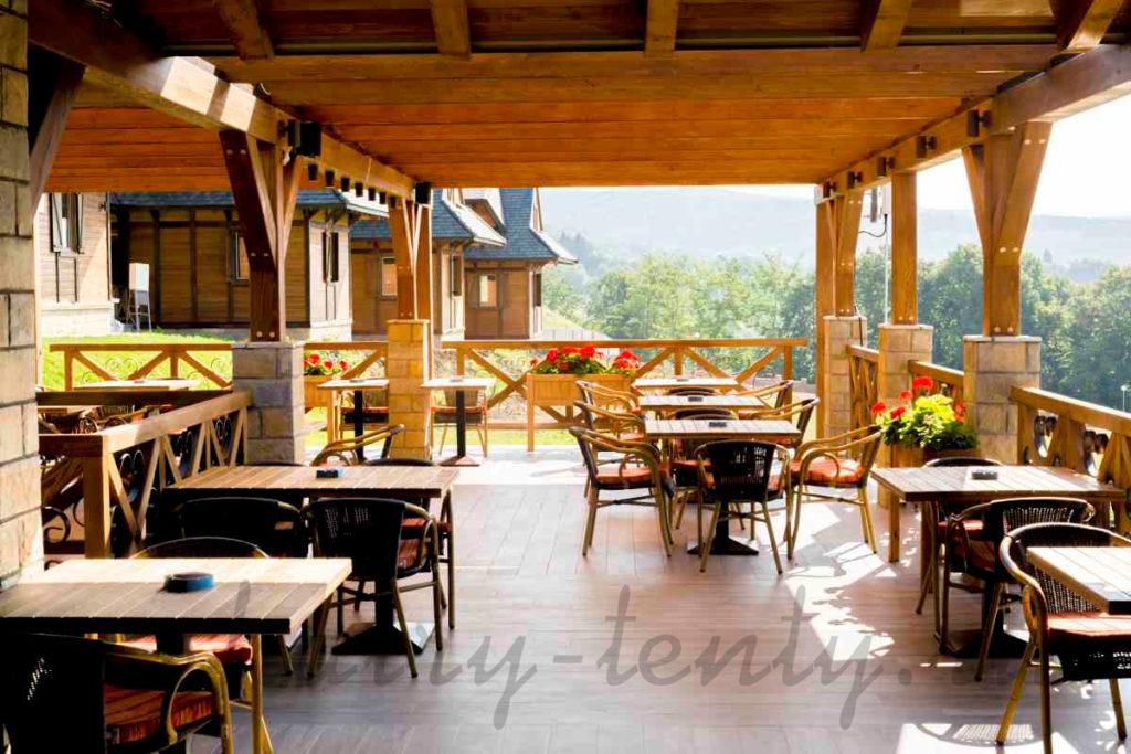 уличные столы и стулья в открытом кафе