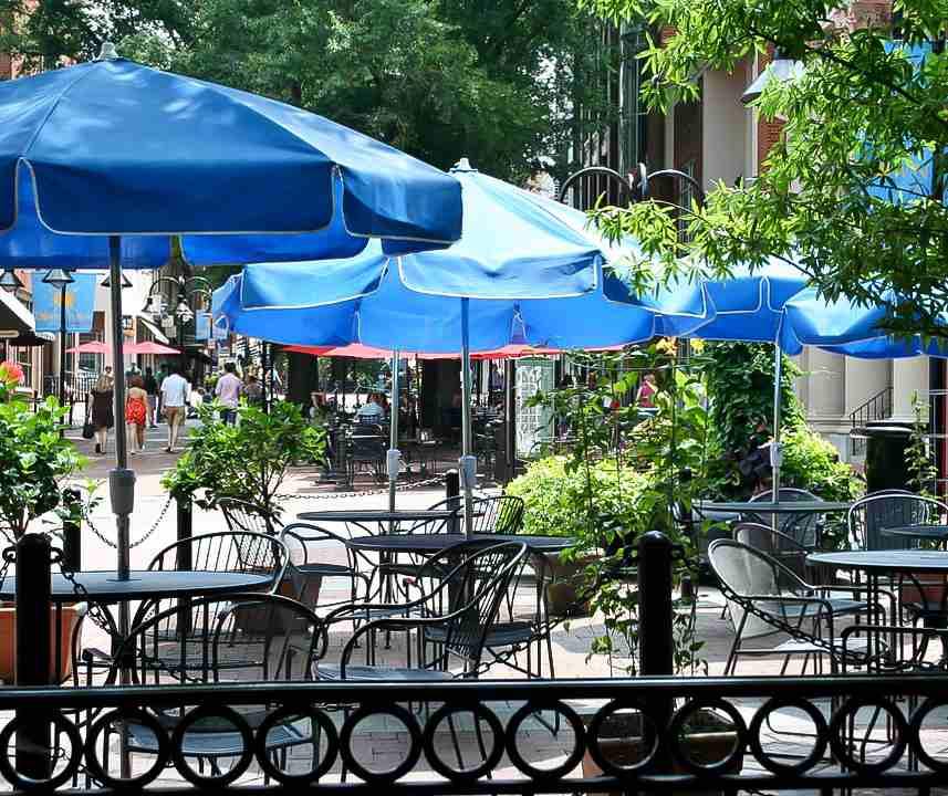 уличное кафе под зонтиками