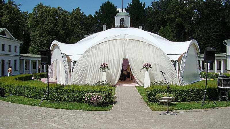 закрытый арочный шатер для свадьбы в парке