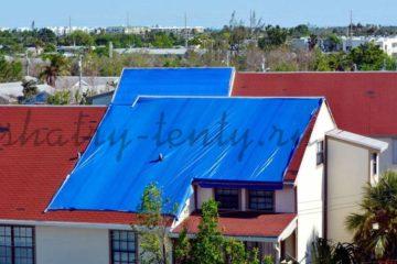 Крыша укрытая синим строительным тентом