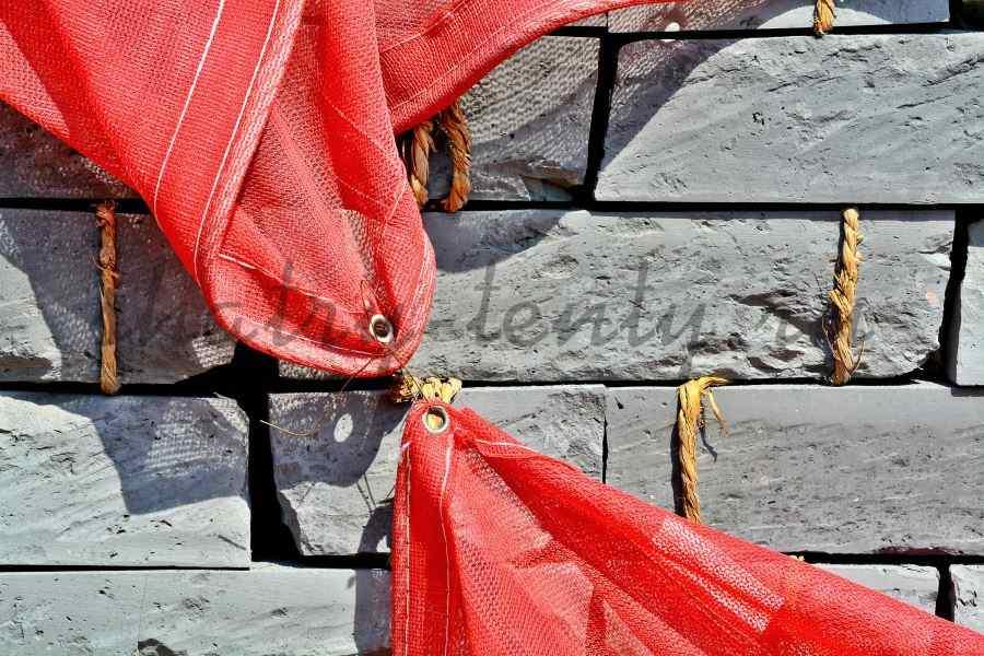 Скрепленный вместе два красных тента через люверсы