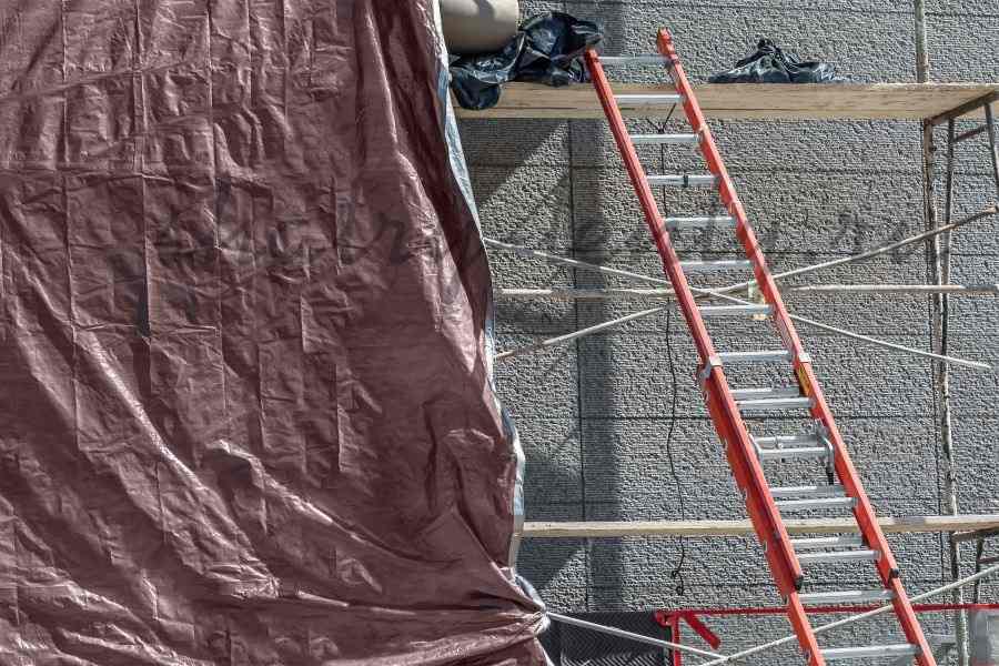 Строительные леса - временно укрытые тентом на строительной площадке