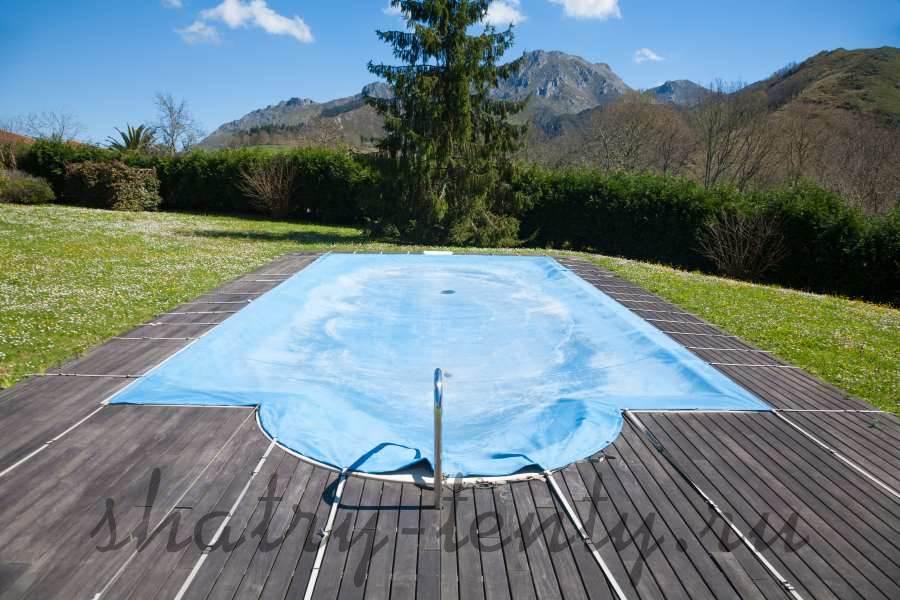 Открытый бассейн укрытый тентом с видом на горы