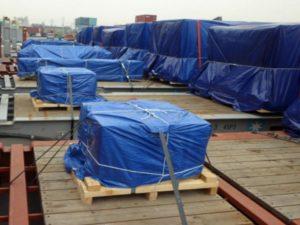 Синий строительный тент «Зубр МАСТЕР», укрывающий строительные материалы