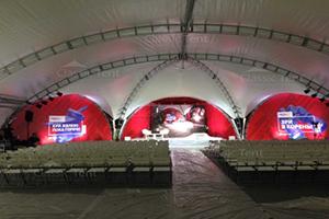 Зал для выступлений организованный в арочном шатре 20х25 Классик Тент Россия, фото