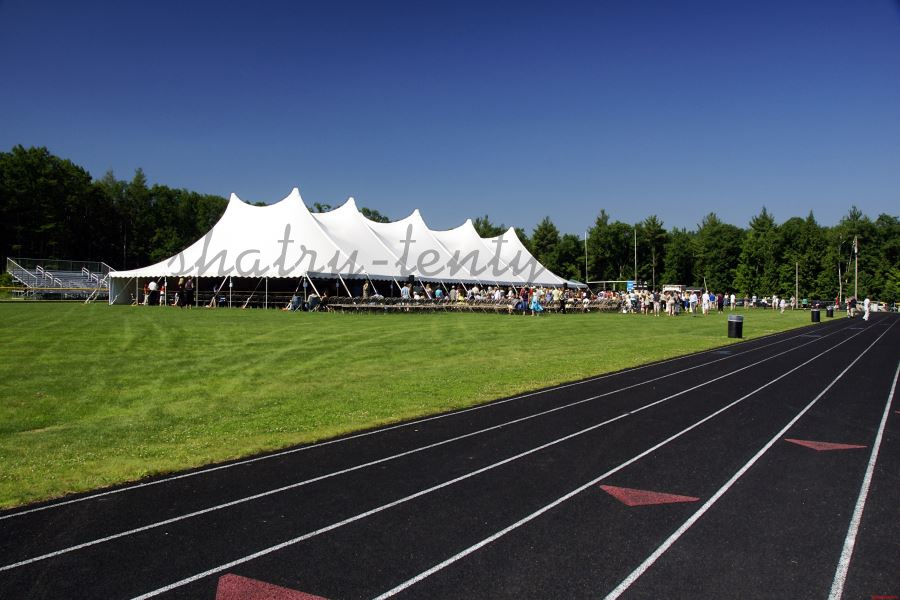 Большой шатер-тент на стадионе для спортивного мероприятия