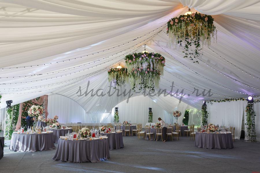 Свадебный банкет под красиво оформленным арочном шатром
