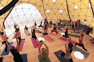 Занятие фитнесом в шатре FREEDOME