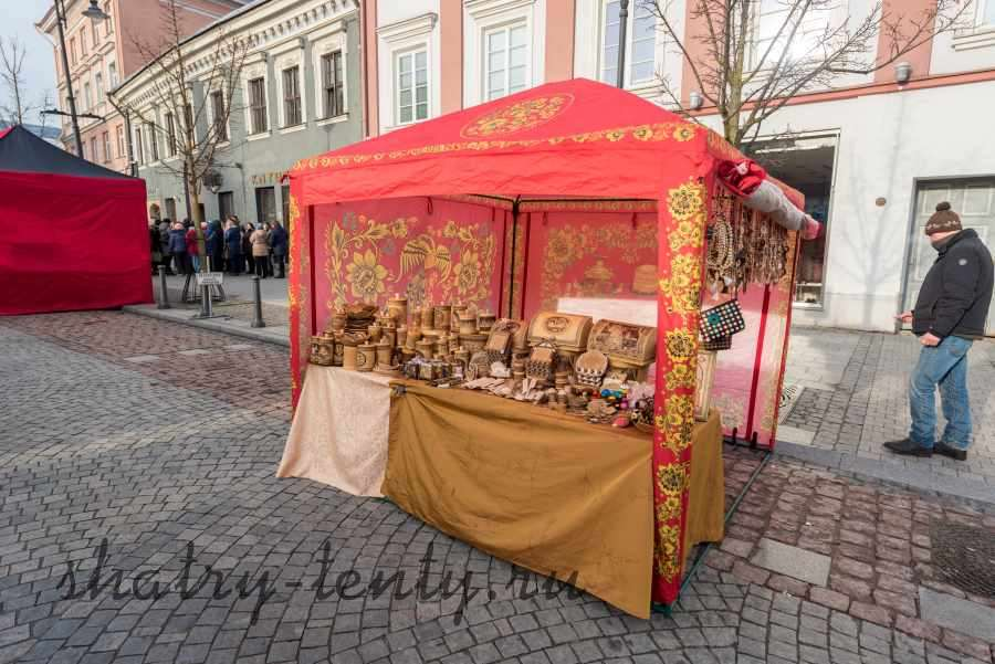 Торговля мелкими деревянными изделиями в компактном шатре-палатке