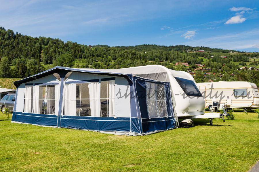 Двухскатный шатер с окнами в летнем автокемпинге