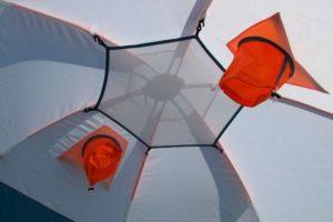 Верхняя пристяжная полка в палатке для зимней рыбалки Ice 5. компания MAVERICK