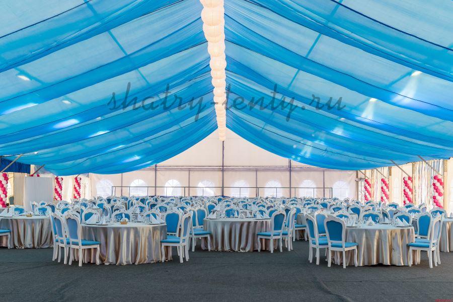 Оформленный шатер с мебелью в сине-белых тонах