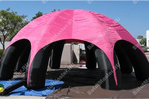 Надувной тент черно-розовый на парковке
