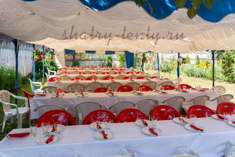 Пластиковые столы и стулья красно-белого цвета под шатром для проведения праздника на 102 персоны