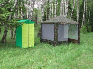 Палатка «Митек Туалет» в лесном лагере
