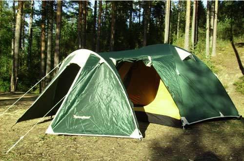 Туристическая палатка RockLand Discoverer на лесной поляне