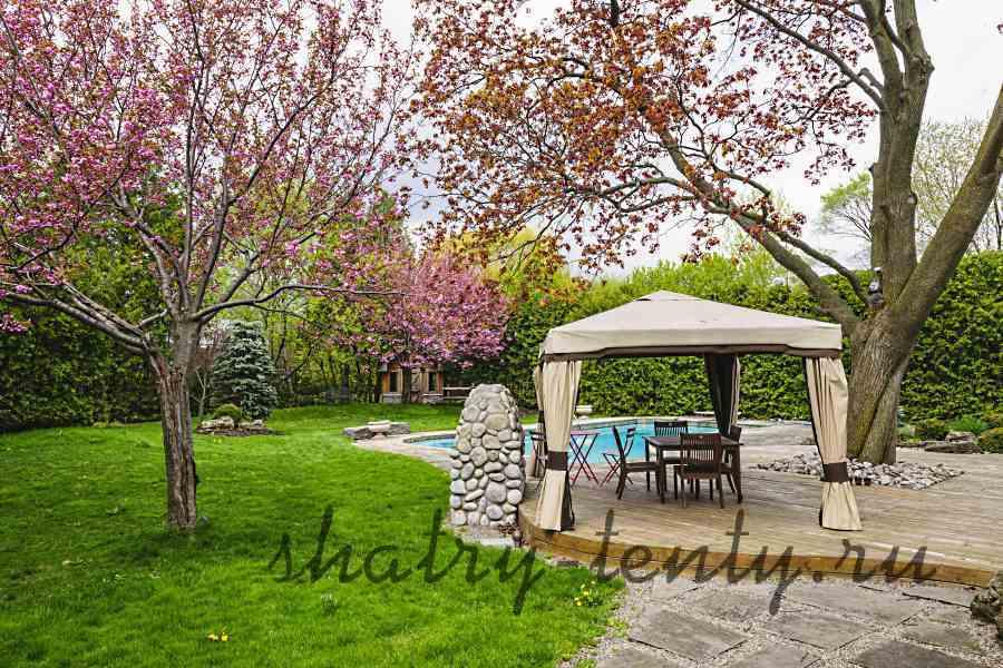 Садовый шатер для отдыха рядом с бассейном