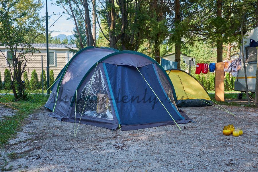 Синий шатер на площадке в кемпинге