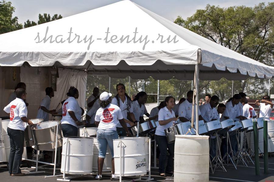 Выступление оркестра барабанщиков под открытым шатром
