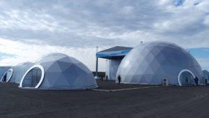 Несколько больших сферических шатров ROYALTENT SPHERE 20х20 М на площади