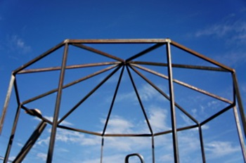 металлический каркас многоугольного шатра тента