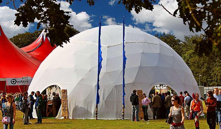 Большой шатер оригинальной сферической формы