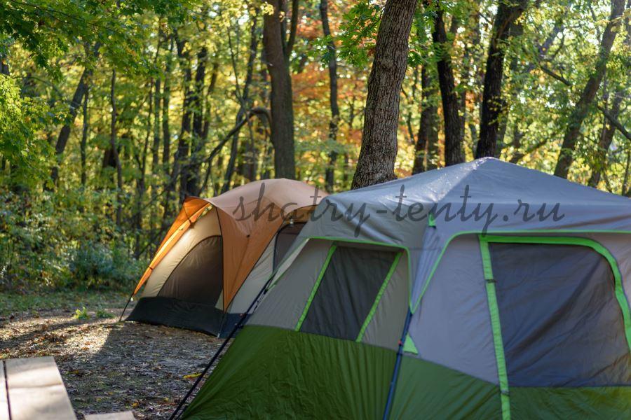 шестигранный шатер в лесном кемпинге