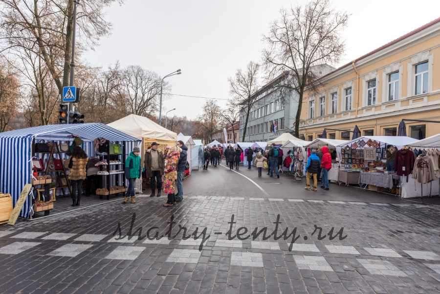 Торговля на улице в складных шатрах
