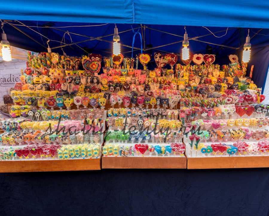 Торговля сладостями на стилажах в шатре