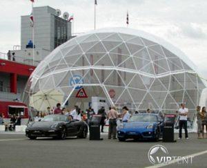 Выставка автомобилей в большом геодезическом куполе Viptent