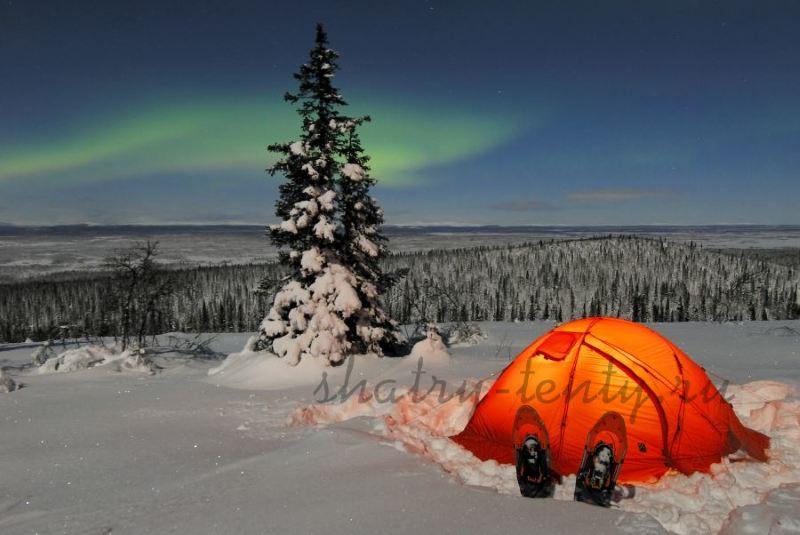 Оранжевый шатер-тент на снегу в тайге