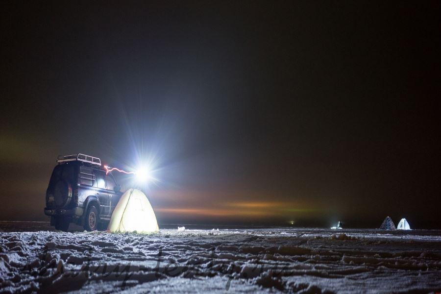 Зимняя ночная рыбалка в шатре